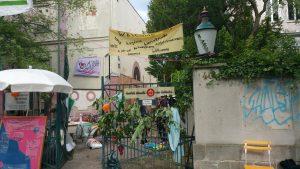 """Der Eingang zu """"Unsere Villa"""" mit Transparenten"""