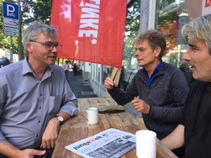orsten Felstehausen (l.), Direktkandidat für Kassel im Gespräch